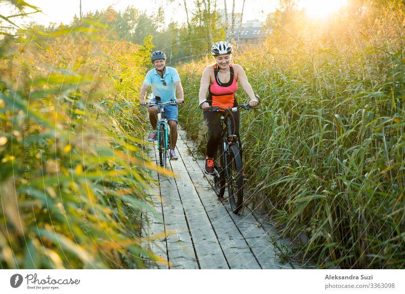 Glückliches Paar, das zusammen trainiert, Freizeitbeschäftigung Aktion Erwachsene Abenteuer Fahrrad Fahrradfahren Fahrradtour Freundlichkeit heiter üben