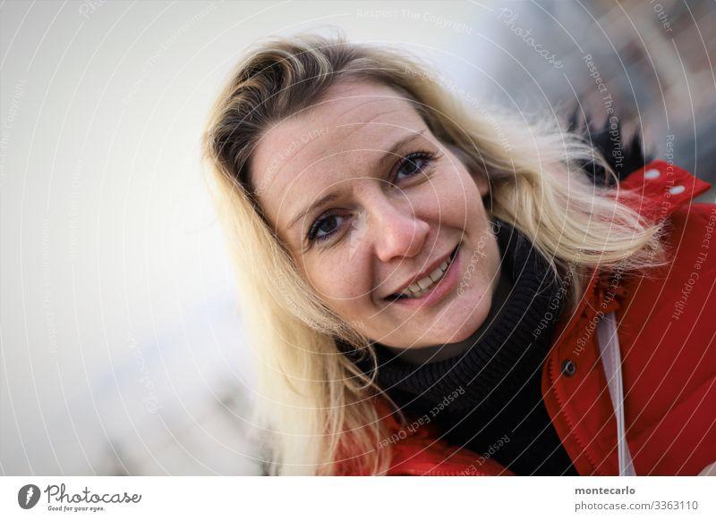 bevor work feminin Frau Erwachsene Freundschaft Leben 1 Mensch 30-45 Jahre Kommunizieren lachen Blick warten blond authentisch Freundlichkeit Glück schön nah