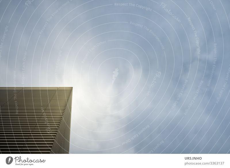 Ecke eines Gebäudes bei Wolkendunst Himmel Fassade leuchten eckig Stadt blau schwarz weiß modern Städtebau Strukturen & Formen Streifen Mittagssonne Hochhaus
