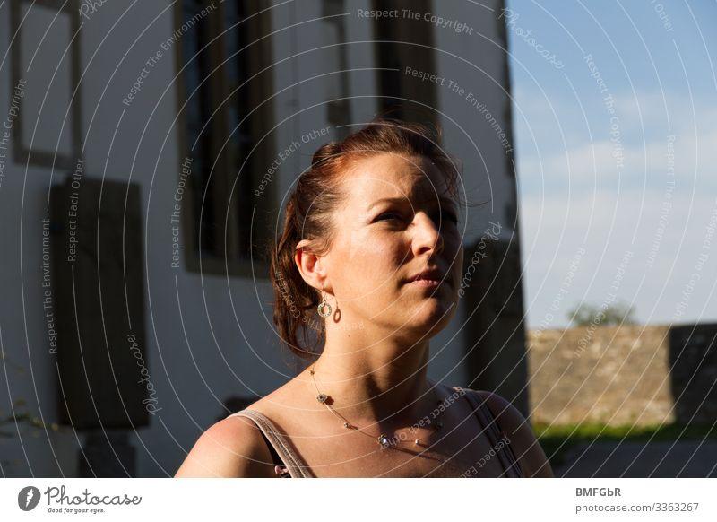 In Gedanken Lifestyle Mensch feminin Frau Erwachsene 1 30-45 Jahre Ohrringe Haare & Frisuren brünett langhaarig Zopf beobachten Blick authentisch schön Gefühle