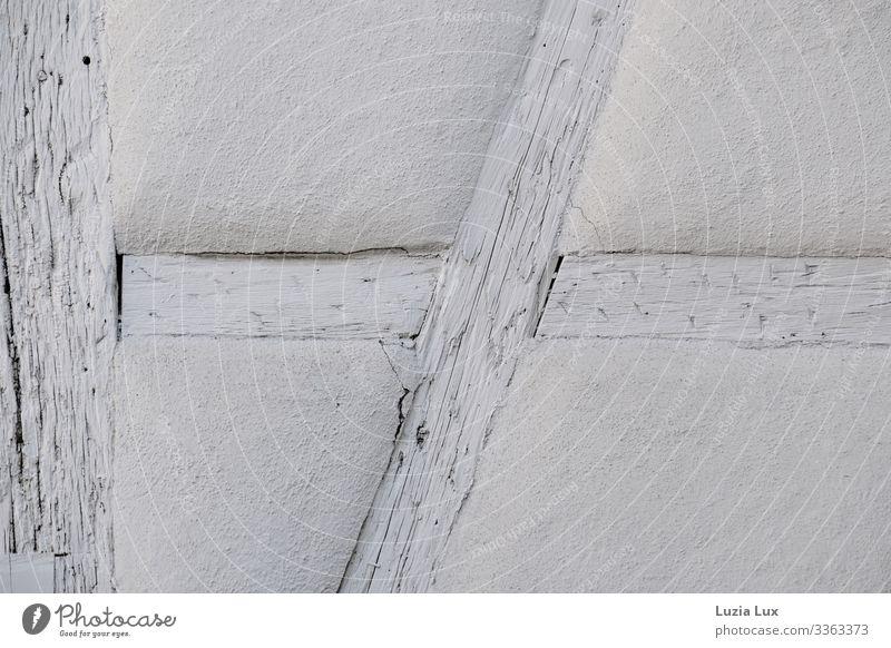 Fachwerk, schneeweiß Wohnung Haus Dorf Mauer Wand Fassade alt Vergänglichkeit Wandel & Veränderung Fachwerkhaus Fachwerkfassade Farbfoto Gedeckte Farben