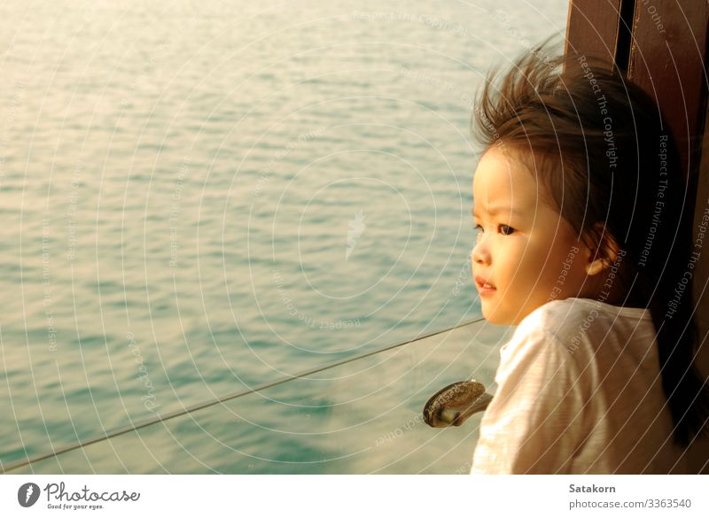 Asiatin starrt aus dem Fenster des Passagierbootes Lifestyle Sommer Meer Mensch Kind Mädchen Gesicht Auge 1 3-8 Jahre Kindheit Wasser Wind Wellen