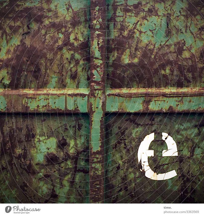 e Container trashig kaputt Buchstabe grün alt gebraucht rost schrammen kreuz tageslicht textur skurril rätsel geheimnis verlebt erleben