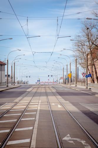 empty streets (17). Umwelt Himmel Brandenburg an der Havel Stadt Menschenleer Brücke Straßenverkehr Wege & Pfade Schienenverkehr Straßenbahn Gleise Zeichen