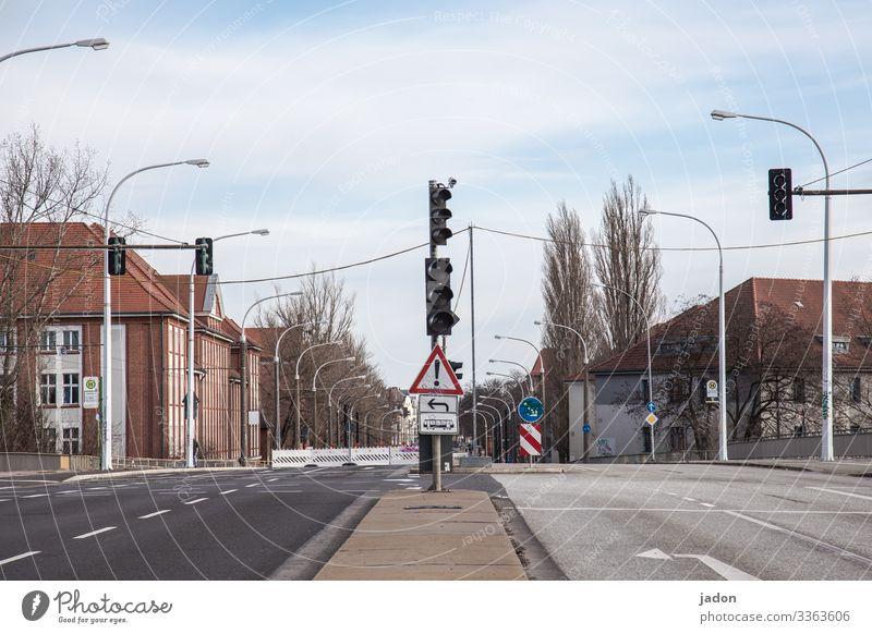 empty streets (21). Straße Ampel Lichtsignalanlage Menschenleer Stadt Außenaufnahme Verkehrswege Straßenverkehr Richtungspfeil Allee ausgangssperre coronavirus