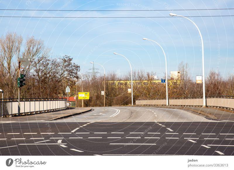 empty streets (19). Straße Licht Verkehr Schilder & Markierungen Hinweisschild Straßenverkehr Farbfoto Wege & Pfade Linie Menschenleer mehrspurig Außenaufnahme
