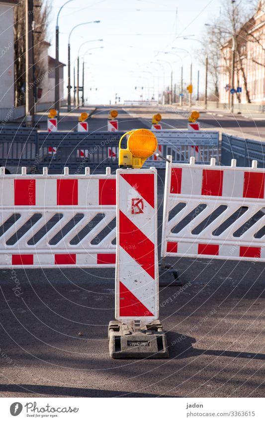 straßensperrung. Straße Warnung Absperrung Absperrgitter rot-weiß Menschenleer strassenbahnschienen Straßenbeleuchtung Laternen Schönes Wetter Stadt corona