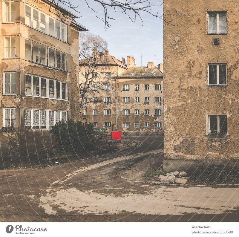 Berlin Prenzlauer Berg verfallenes Wohnhaus Armut armut vergänglichkeit kaputt alt fassade wohnen harz IV Fassadendetail Mauer Lebensmittel Immobilie Wand