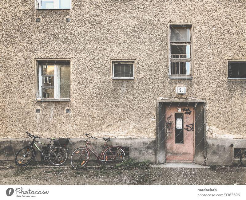 Berlin, Prenzlauer Berg Häusliches Leben Wohnung Renovieren Haus Bauwerk Gebäude Architektur Fassade Fenster Tür Armut kaputt trashig trist Trägheit bequem