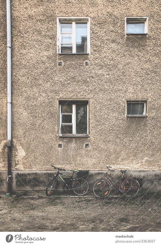 Berlin, Prenzlauer Berg Häusliches Leben Wohnung Renovieren Haus Bauwerk Gebäude Architektur Fassade Fenster Armut dreckig kaputt Umzug (Wohnungswechsel) Stadt