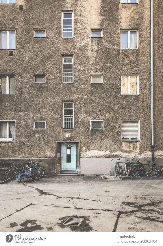 Das normale Leben Verfall kaputt dreckig Sanierung Berlin Wohnhaus Fassade trashig Zerstörung Vergänglichkeit Ruine Menschenleer Vergangenheit Gebäude