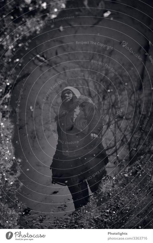 Spiegelung Mensch feminin Junge Frau Jugendliche Erwachsene 1 18-30 Jahre Umwelt Wasser Winter beobachten außergewöhnlich dunkel kalt Stadt grau schwarz weiß