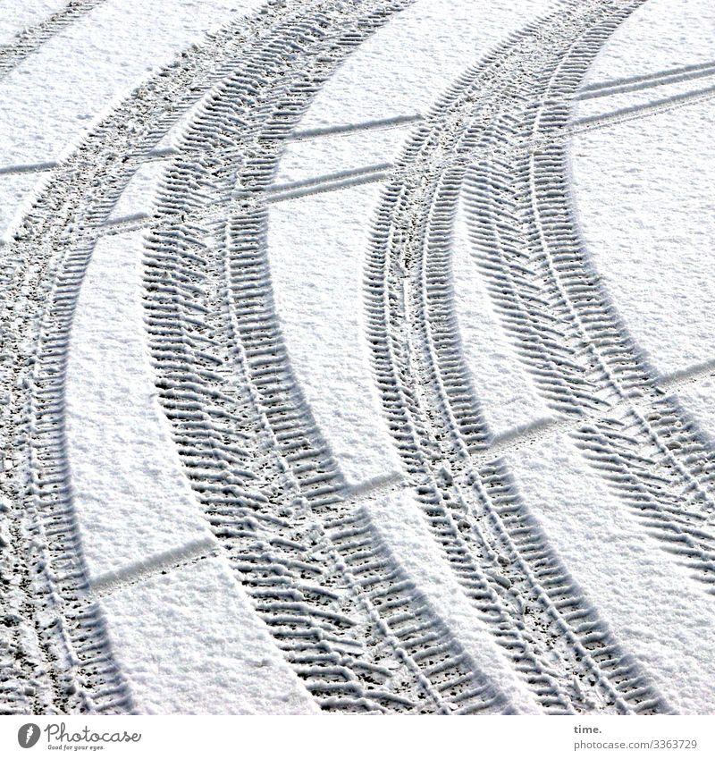 Kurvenlage | Eiszeit Schönes Wetter Schnee Verkehr Verkehrswege Autofahren Fahrradfahren Wege & Pfade Parkplatz Asphalt Reifenspuren Eindruck Abdruck Stein