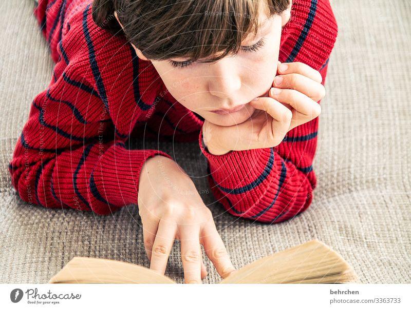 lieblingsbeschäftigung | lesen 8-13 Jahre Finger Hand Kopf Familie & Verwandtschaft Haare & Frisuren Gesicht Porträt Interesse Innenaufnahme Neugier