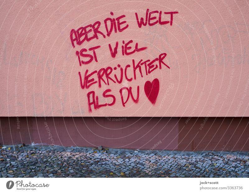 Verrückte Welt geschrieben auf einer tristen Hauswand Stil Straßenkunst Klima Berlin-Mitte Mauer Wand Fassade Bürgersteig Stein Schriftzeichen Herz Denken