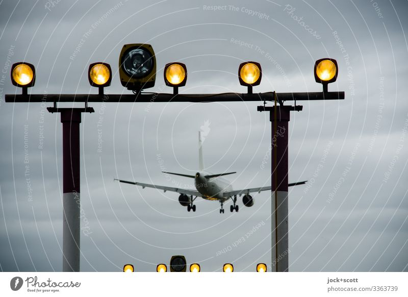 Flieger wirkt abgehoben im Anflug Ferien & Urlaub & Reisen Luftverkehr schlechtes Wetter Verkehrswege Passagierflugzeug Landebahn Flugzeuglandung