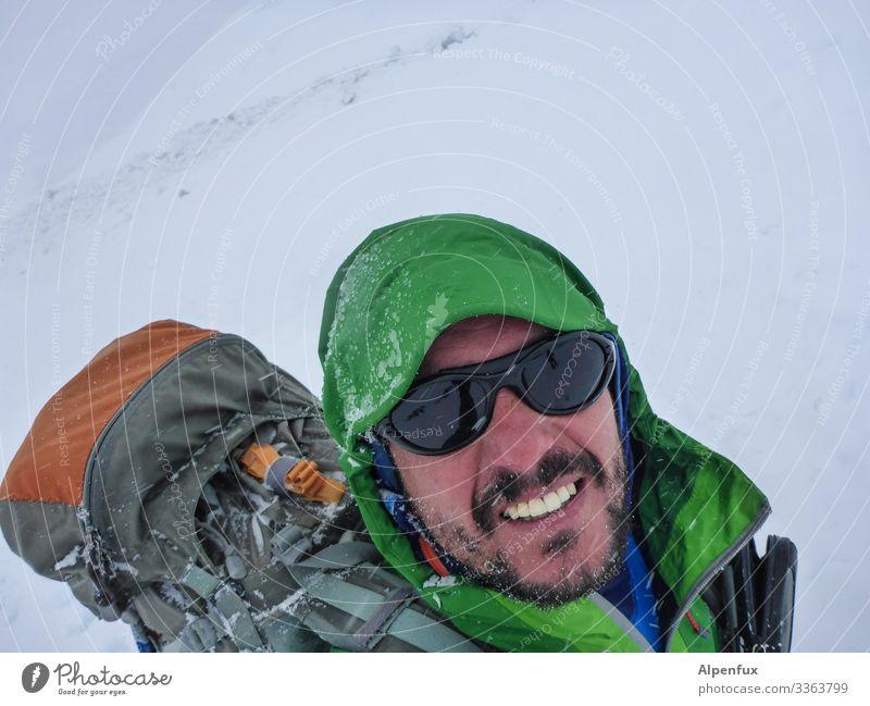 auf der Flucht vor der   Eiszeit Mensch maskulin Mann Erwachsene 1 Umwelt Natur Klima Klimawandel Wetter schlechtes Wetter Sturm Frost Schnee Schneefall lachen