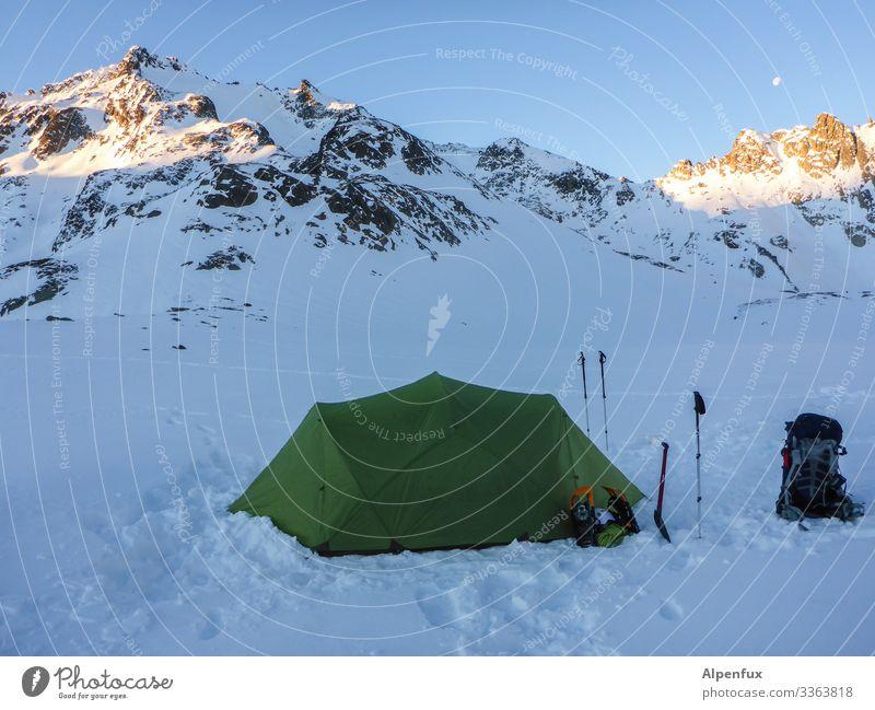 Camping in der   Eiszeit Umwelt Natur Landschaft Klima Klimawandel Schönes Wetter Frost Schnee Hügel Felsen Alpen Berge u. Gebirge Gipfel Schneebedeckte Gipfel