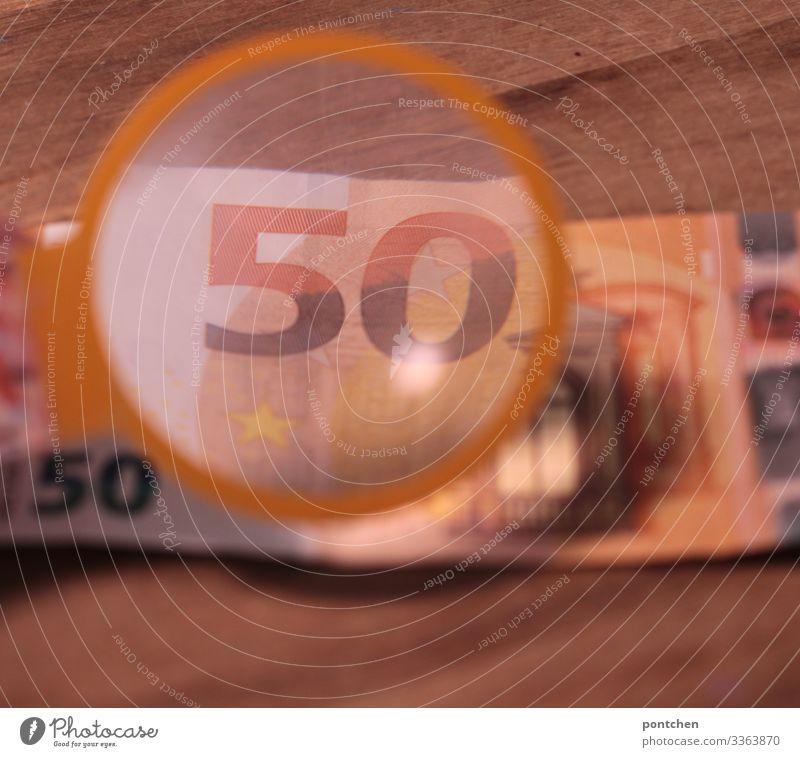 Lupe vergrößert 50 Euro Schein Zeichen Ziffern & Zahlen Geld Eurozeichen bezahlen kaufen Geldscheine Kontrolle authentisch orginal Fälschung Holz Tisch