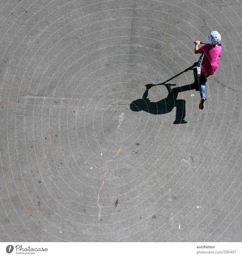 Schattenspiel Mensch Kind Sommer Freude Sport Spielen Junge grau Beine Fuß rosa Körper maskulin Kindheit Schuhe Rücken