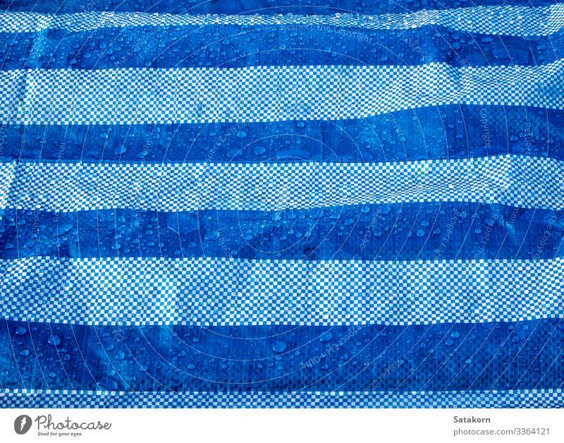 Wassertropfen auf der wasserdichten Plastikplane Industrie Kunststoff Tropfen nass blau weiß Schutz Schot Konsistenz Leinwand Zeltplane Deckung Hintergrund