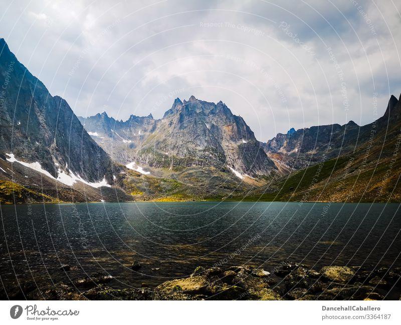See vor einem Bergpanorama Berge u. Gebirge Gebirgssee Kanada Nordamerika Yukon Natur Gipfel Tourismus Ferien & Urlaub & Reisen Panorama (Aussicht) Landschaft