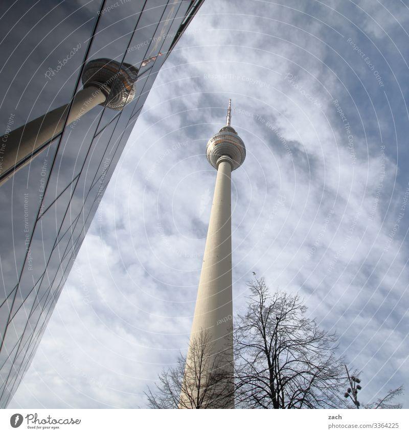 Fernsehturm Berlin mit Spiegelung am Alexanderplatz Himmel Wolken Schönes Wetter Stadt Hauptstadt Stadtzentrum Turm Fassade Fenster Sehenswürdigkeit Wahrzeichen