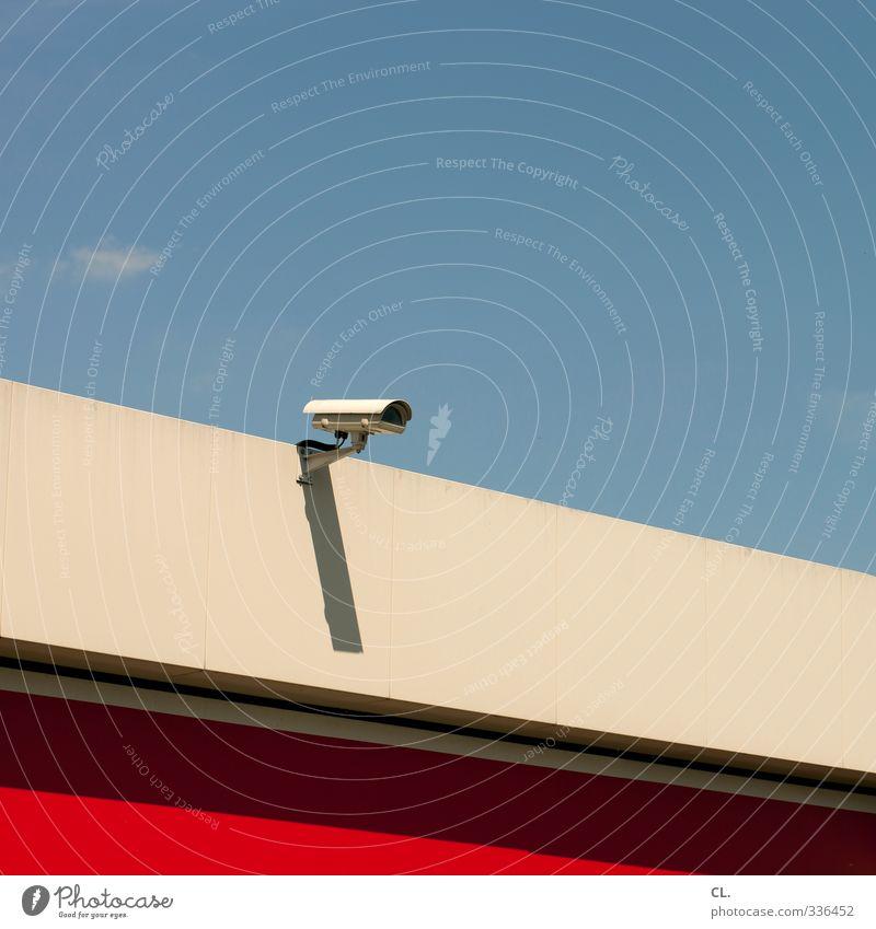 überwachung Himmel blau Stadt rot Wand Mauer Gebäude Angst Fassade Schönes Wetter beobachten Sicherheit Industrie Schutz Fabrik Zukunftsangst