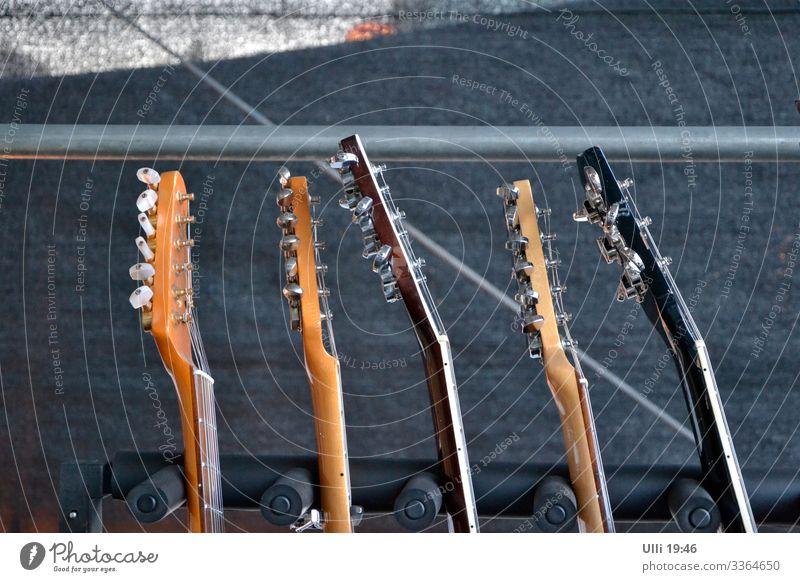 Gitarren auf einer Bühne. Stil Freude Sommer Entertainment Veranstaltung Feste & Feiern Rockkonzert Stadtzentrum Marktplatz Gitarrenständer Holz Metall