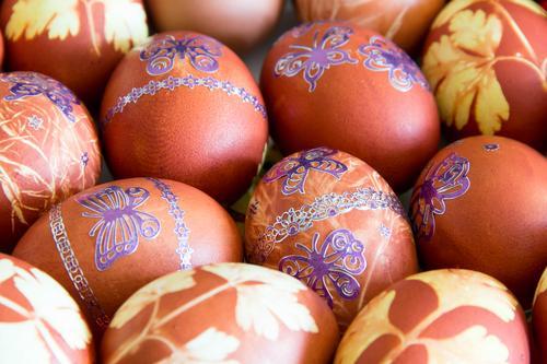 Ostereier mit Schmetterlingen Essen Teller Dekoration & Verzierung Feste & Feiern Ostern Frühling rot schwarz Religion & Glaube Feiertag Orthodoxie Ei