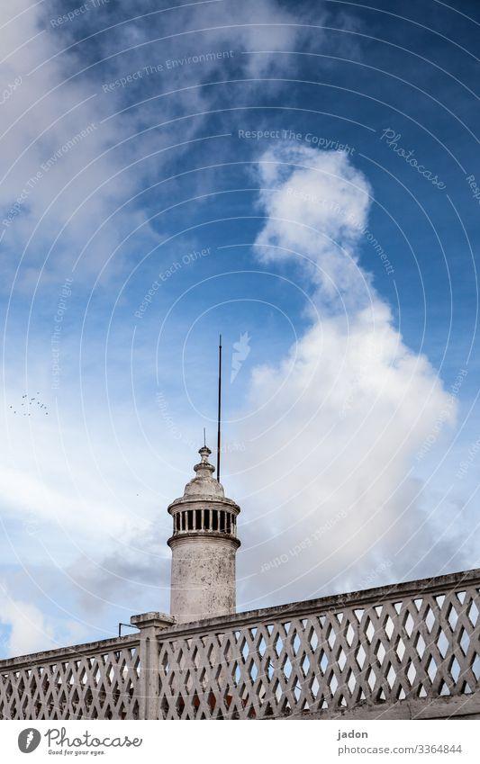 aufsteigender (un)geist. Kunst Umwelt Himmel Wolken Wetter Stadt Turm Bauwerk Architektur Mauer Wand blau Surrealismus Farbfoto Außenaufnahme Menschenleer