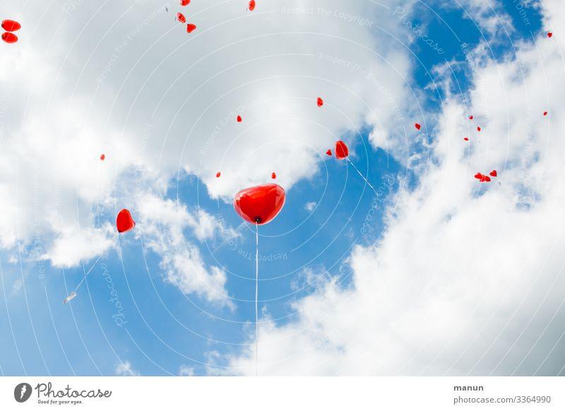 Herzförmige Luftballons fliegen vor weißblauem Himmel fliegend rot herzförmig Hochzeit Brauchtum symbol Liebe