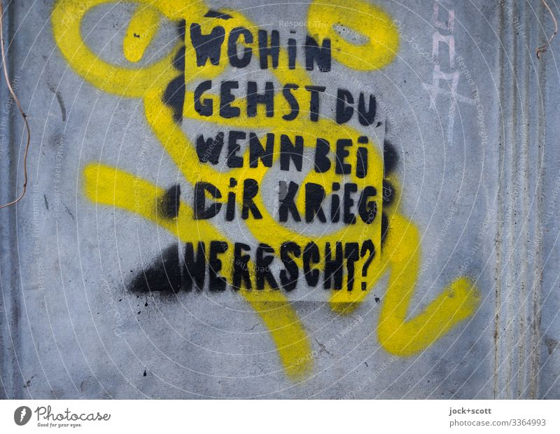 Wohin gehst du, wenn bei dir Krieg herrscht? Straßenkunst Frage Graffiti Wand Wörter Schablone Tippfehler abstrakt Text Typographie Aussage Redewendung Weisheit