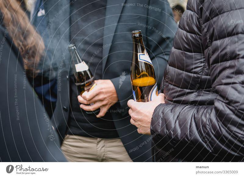 Bier Getränk trinken Alkohol Flasche Lifestyle Freude Gesundheit Rauschmittel Party ausgehen Feste & Feiern Karneval Oktoberfest Jahrmarkt Hochzeit Geburtstag