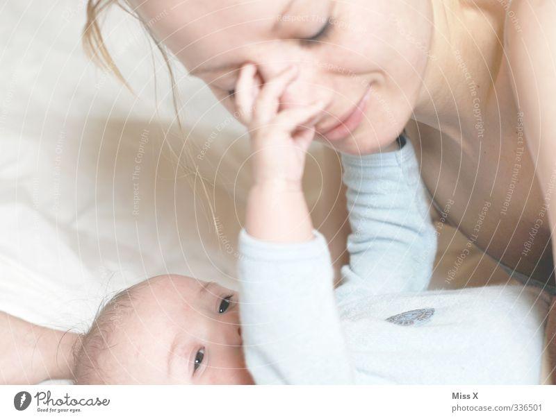 Mutterliebe* Mensch Baby Frau Erwachsene Eltern Familie & Verwandtschaft Leben 2 0-12 Monate 18-30 Jahre Jugendliche Küssen Lächeln niedlich Gefühle Stimmung
