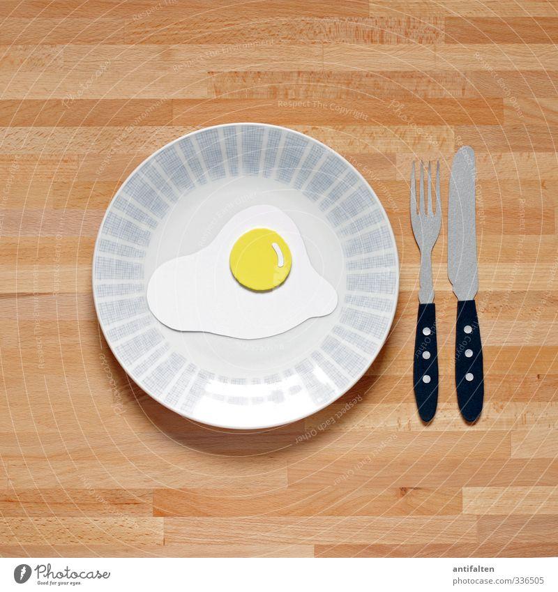 Spiegelei Lebensmittel Ei Frühstück Mittagessen Vegetarische Ernährung Geschirr Teller Besteck Messer Gabel Papier Holz Glas Kunststoff Essen Freundlichkeit