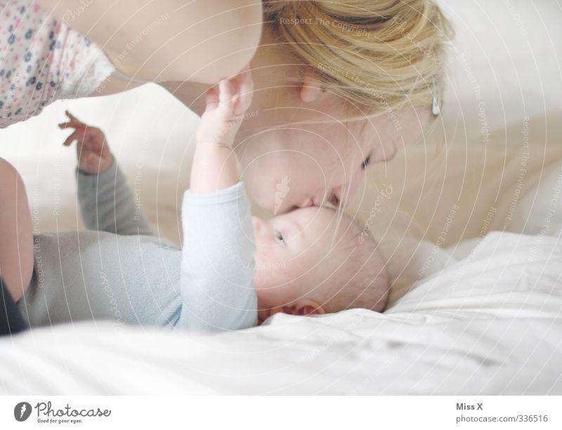 Kuss Mensch Frau Jugendliche Junge Frau Erwachsene Liebe 18-30 Jahre Gefühle Stimmung Familie & Verwandtschaft Häusliches Leben Baby Sicherheit Schutz Mutter Bett