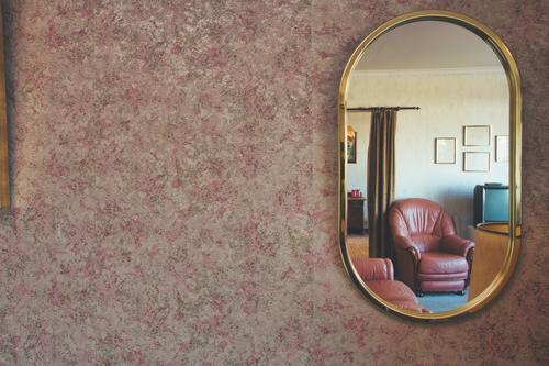 Vintage-Spiegel mit gemusterter Tapete antikes Wohnzimmer Lifestyle Reichtum elegant Stil Design Wohnung Haus Dekoration & Verzierung Möbel Lampe Stuhl Tisch