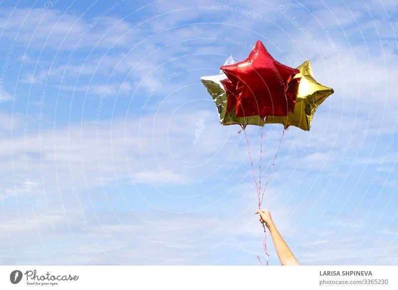 Bunt glänzende sternförmige Ballons am Himmel Design Freude Sommer Strand Dekoration & Verzierung Tapete Feste & Feiern Hochzeit Geburtstag Arme Hand Wolken