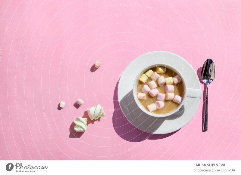 Tasse heißer Kaffee mit Marshmallows auf rosa Dessert Frühstück Getränk Kakao Tisch Liebe lecker weiß Schokolade trinken Becher süß Hintergrund Lebensmittel