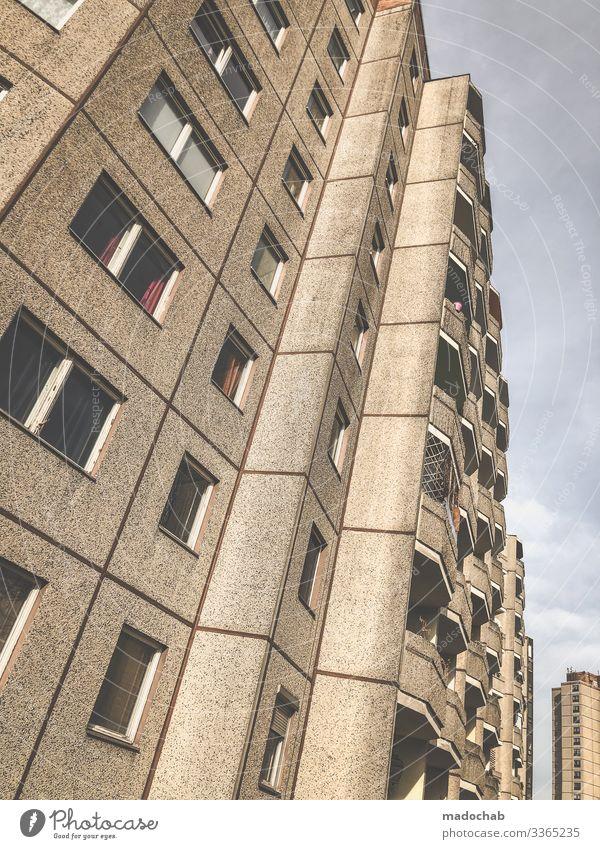 Wohnlandschaft Häusliches Leben Wohnung Stadt überbevölkert Haus Hochhaus Bauwerk Gebäude Architektur Fassade Balkon Höhenangst Frustration Verbitterung Armut