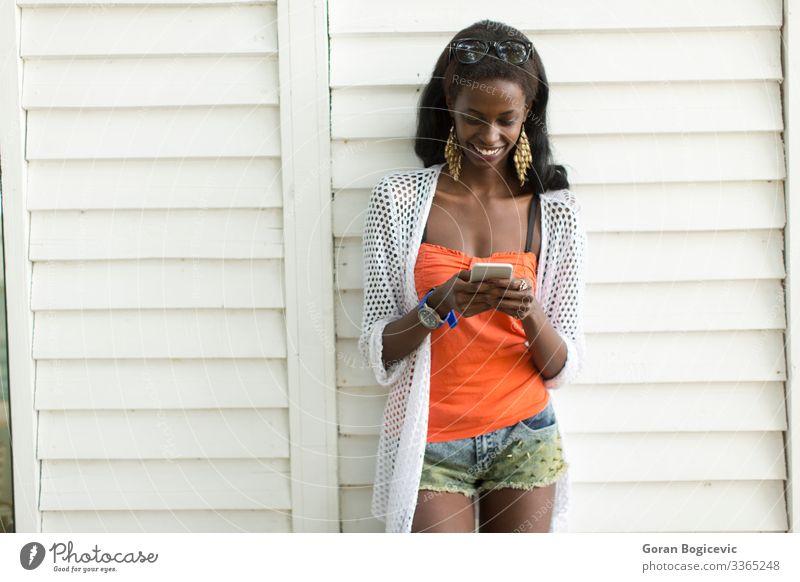 Junge afrikanische Frau mit Handy Lifestyle schön sprechen Telefon PDA Technik & Technologie Mensch Junge Frau Jugendliche Erwachsene 1 18-30 Jahre modern