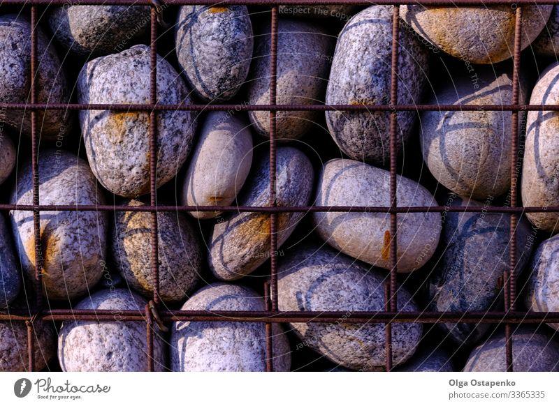 Stein in der Maschendrahtwand Grunge Material Strukturen & Formen Konsistenz Konstruktion Draht Mauer Architektur Felsen Oberfläche abstrakt rau Block Muster