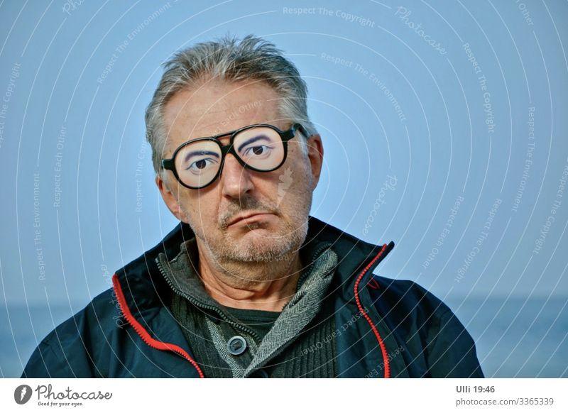 Leichter Zweifel. Mann Erwachsene Männlicher Senior Kopf Gesicht 1 Mensch 60 und älter Himmel Herbst Küste Strand Ostsee Menschenleer Jacke Brille beobachten