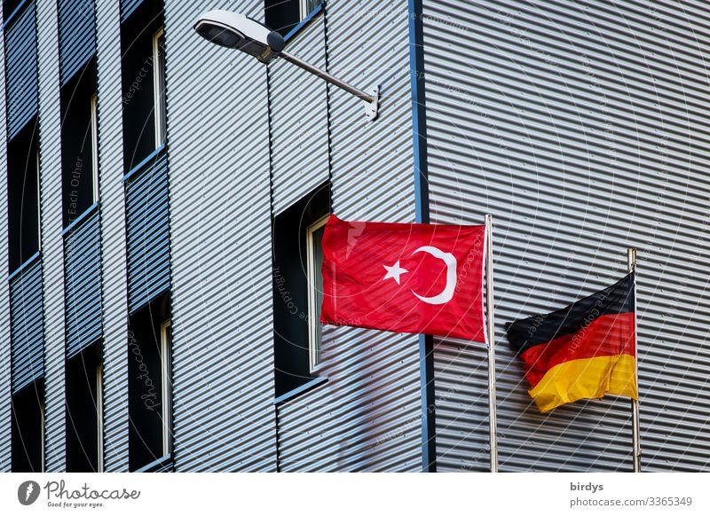 deutschtürkisch Wind Deutschland Türkei Hochhaus Moschee Fassade Fahne authentisch Zusammensein Stadt gold rot schwarz weiß Macht Akzeptanz loyal Verantwortung