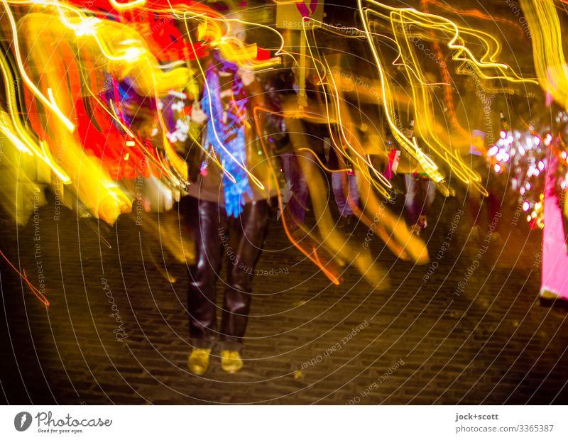 bewegte Frau und farbige Lichter treffen in Kreuzberg aufeinander Blitzlichtaufnahme Nacht Langzeitbelichtung Straße Lichtspiel Lederhose Experiment