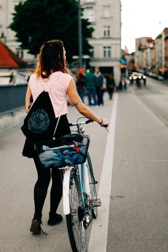 Radlmädchen Junge Frau Jugendliche Erwachsene 13-18 Jahre 18-30 Jahre Stadt Fahrrad trendy München reichenbachbrücke Fahrradweg schieben fahrradkorb