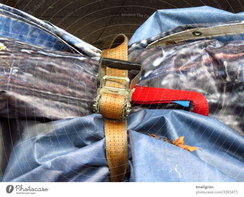 tailliert Abdeckung Gurt schließen blau braun grau rot Schutz verschnürt eng verzurrt zusammengebunden Farbfoto Außenaufnahme Menschenleer Textfreiraum oben