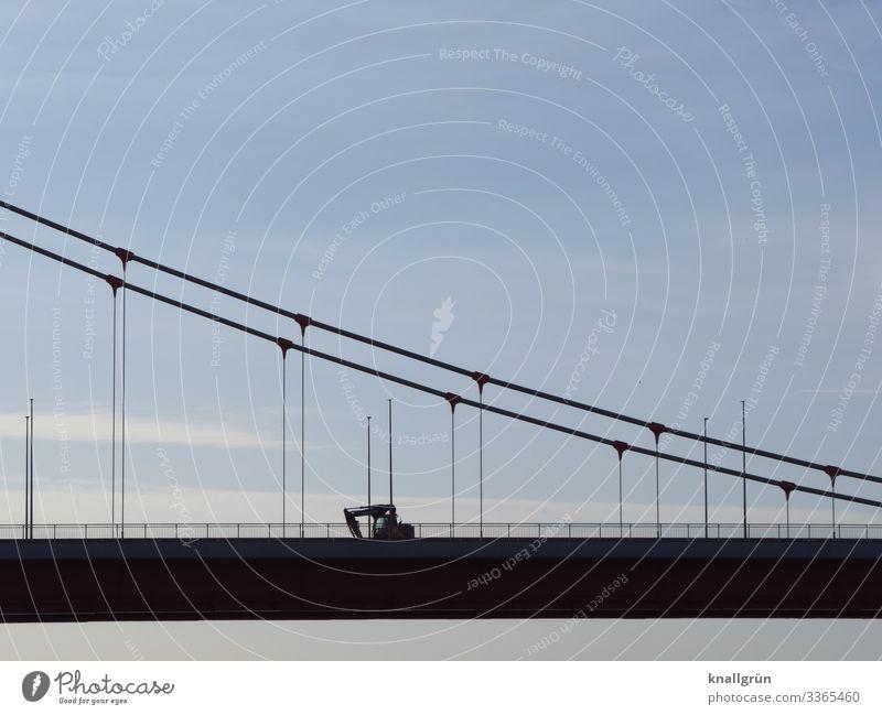 Arbeitsweg Himmel Wolken Stadt Brücke Verkehr Fahrzeug Bagger Baustellenfahrzeug fahren blau schwarz Mobilität Güterverkehr & Logistik Brückengeländer Farbfoto