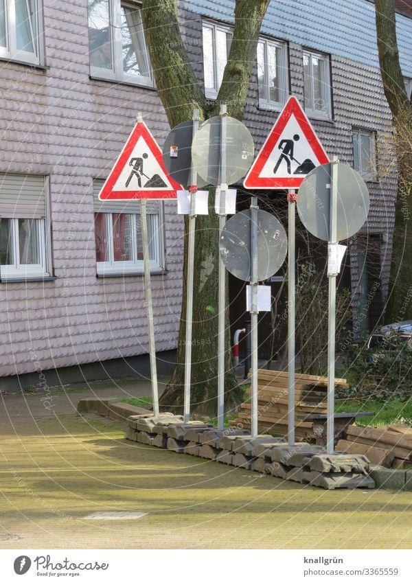 Schilderwald Stadt Haus Fassade Fenster Straße Verkehrsschild Zeichen Schilder & Markierungen Hinweisschild Warnschild Verkehrszeichen Kommunizieren stehen